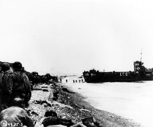 800px-American_assault_troops_at_Omaha_Beach_01