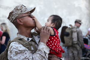soldier meets his daughter for the 1st time